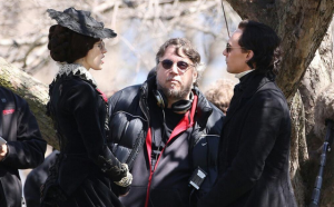 Tom-Hiddleston-Jessica-Chastain-del-toro-Crimson-Peak-movie-Set